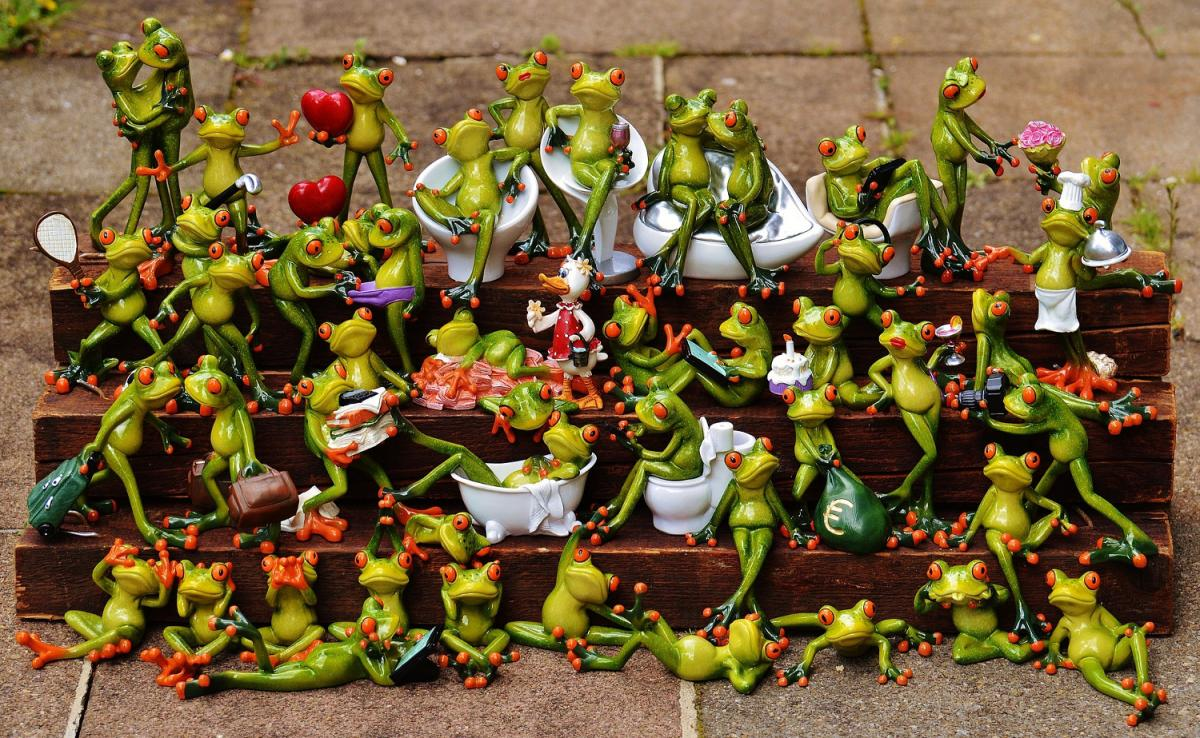 Find the Frog! (Many frogs sculptures on a mini-bench in various position such as kissing, taking a bath, dancing...)